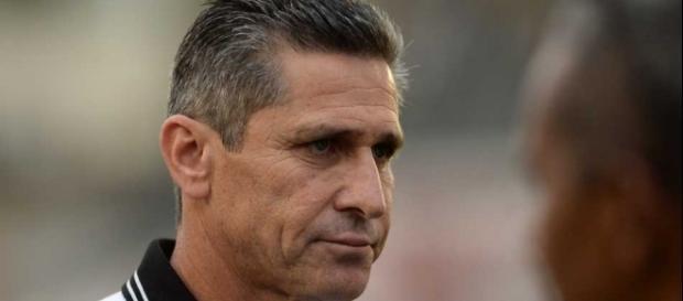 Técnico Jorginho corre risco de ser demitido do comando do Vasco