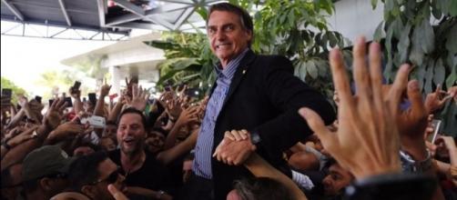 Jair foi recebido por uma multidão (Foto: Leo Motta/Folha de Pernambuco)