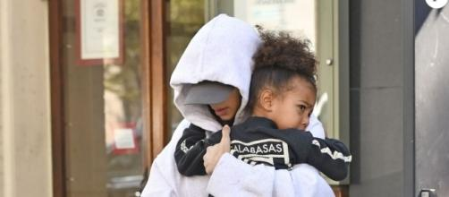 Kim Kardashian caché par ses vêtements et sa fille North West