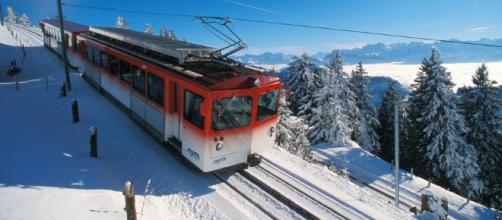 Veduta fantastica del Rigi con il famoso treno rosso
