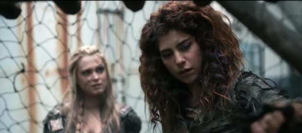 Clarke and Lexa in 'The 100'/Photo via screencap, 'The 100'