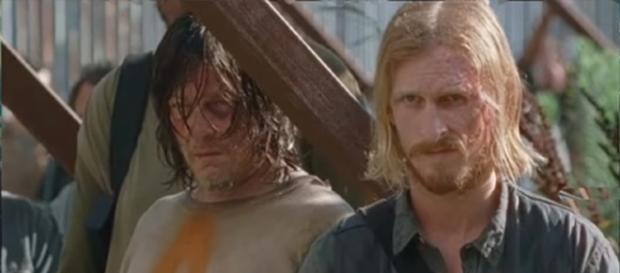 Daryl arriva ad Alexandria assieme a Negan. Nella foto è accanto a Dwight.