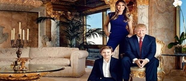 Donald Trump e sua família na mansão.