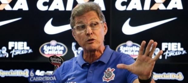 Oswaldo de Oliveira tem dúvidas em todos os setores do time