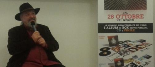 Eugenio Finardi ieri alla Mondadori di Milano