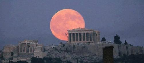Fenômeno da 'super superlua' sobre Atenas, capital da Grécia