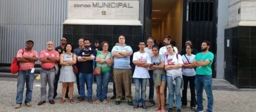 Servidores protestam na porta do sindicato contra a interrupção da apuração