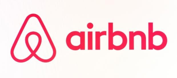 Il logo di Airbnb, la piattaforma che consente di affittare camere e case