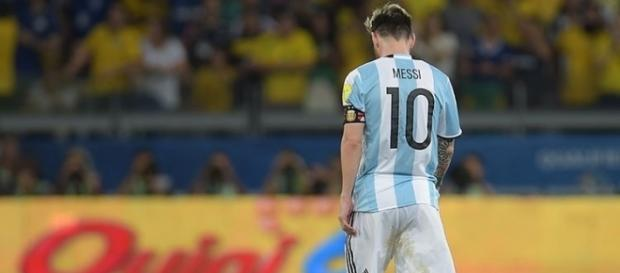 Lionel Messi, deixa o campo abatido após a derrota da Argentina para o Brasil