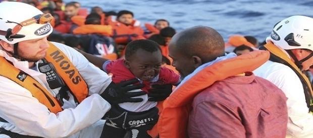 O trabalho de resgaste é constante por ONGs no Mediterrâneo (Foto: Francesco Malavolta/MOAS via AP)