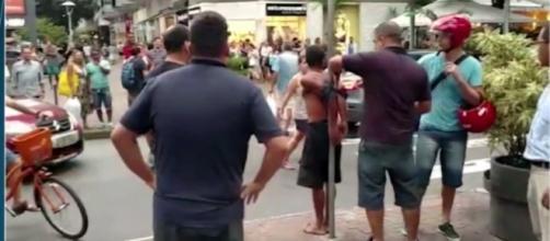 Assaltante em Ipanema é amarrado ao poste até a chegada da polícia