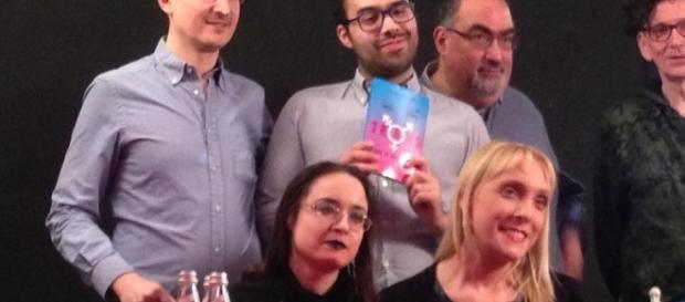 Alcuni protagonisti della serata. In prima fila, da destra: Monica Romano e Erica Gazzoldi. Dietro di loro, con il libro: Giovanni Boschini.