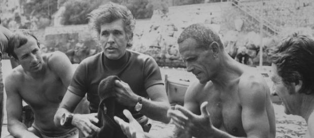 In una foto d24 settembre 1977: Enzo Maiorca e il suo eterno rivale, il francese Jacques Mayol (a sinistra),si incontrano nelle acque di Sorrento.