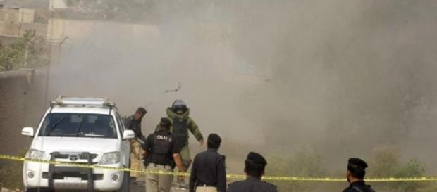 Le forze dell'ordine pakistane sul luogo dell'attentato