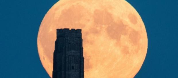 Supermoon Lunar Eclipse Puts on a Show - ABC News - go.com