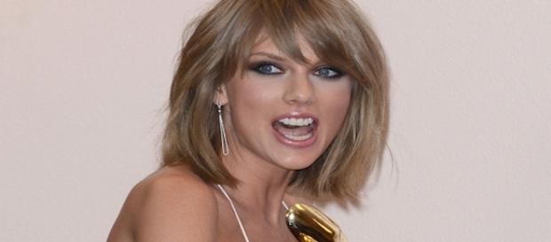 Taylor Swift impute une main aux fesses à un animateur américain Celebmafia.com