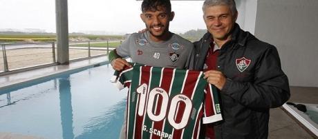 Das mãos de Peter Siemsen, Gustavo Scarpa recebe camisa alusiva aos 100 jogos pelo Fluminense. (Foto: Nelson Perez/Divulgação FFC)