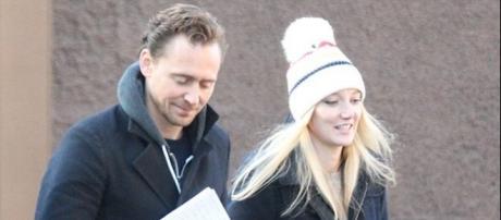 Tom Hiddlestone paparazzato a Londra con la sua nuova fiamma