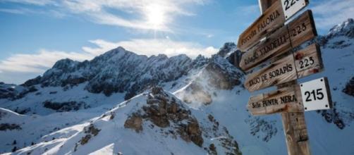 Un paesaggio alpino innevato ad alta quota