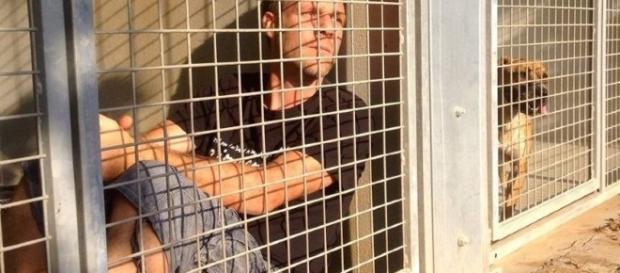 Imagem de comediante preso na jaula.
