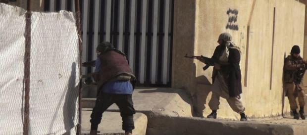 Imagen cedida por AICS, sobre los combates en Intisar, al Este de Mosul.
