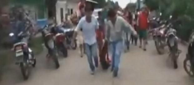 L'assassino trascinato in strada dopo essere stato prelevato dalla caserma. Immagine estrapolata da un video divulgato in rete. - Da ilmessaggero.it