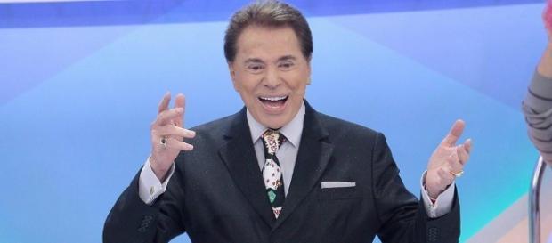 Silvio Santos cai no palco do programa