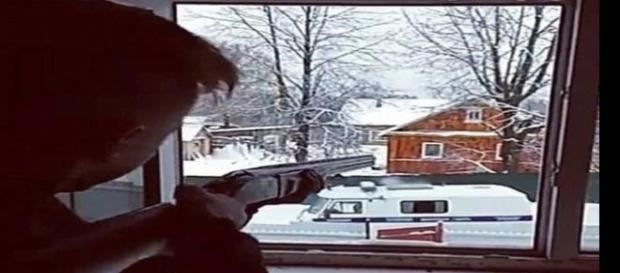 Imagem do rapaz identificado como Denis, atirando contra os policiais.