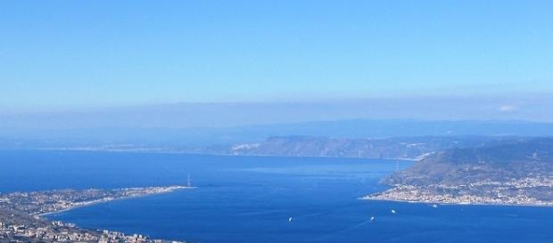 Villa San Giovanni e Stretto di Messina dall'alto.