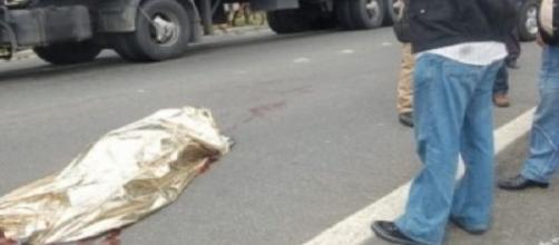 Durante o momento de ameaças às vítimas, um caminhão descontrolado acabou atingindo o veículo