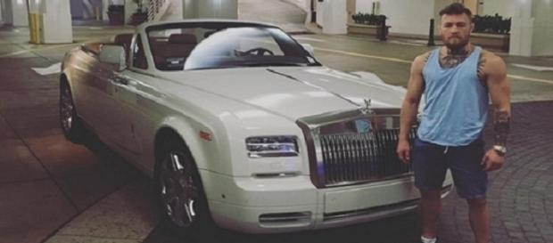 Campeão do UFC, também é um campeão em ostentar carros luxuosos