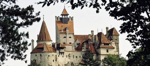 Credits: http://www.wsj.com/articles/this-castle-boasts-a-queen-but-its-merchants-count-on-dracula-1479140036