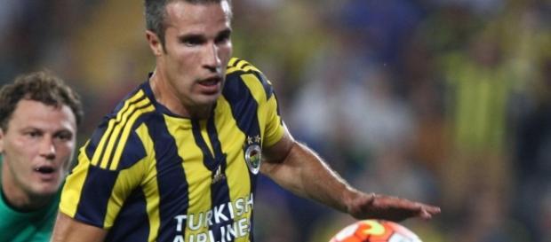 Robin Van Persie marca os dois gols do Fenerbahçe na vitória contra o Galatasaray