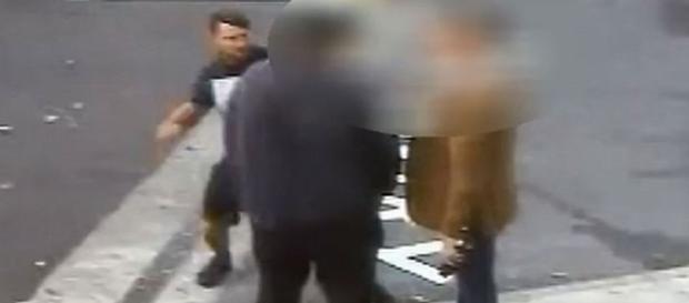 A imagem mostra o exato momento em que o homem se prepara para bater na vítima.