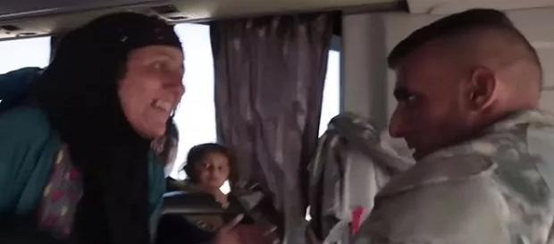Ele encontrou a mãe em um ônibus de refugiados