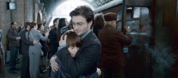 Harry Potter abraza a su hijo Albus en 'Harry Potter y las Reliquias de la Muerte 2'/Youtube