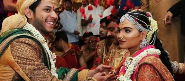 Noivos felizes em festa de casamento glamurosa