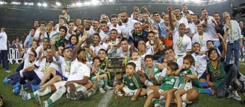 Elenco palmeirense comemorando a Copa do Brasil 2015 (Foto: Cesar Greco/Ag Palmeiras/Divulgação)