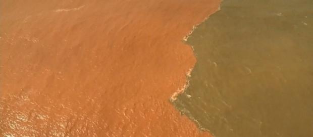 Lama de barragem da Samarco chega ao mar no Espírito Santo.