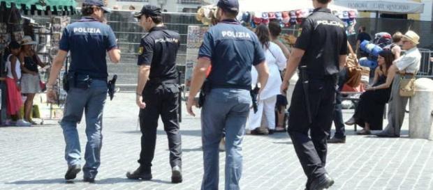 I turisti sono le vittime di raggiri online e durante le vacanze le forze dell'ordine viglano