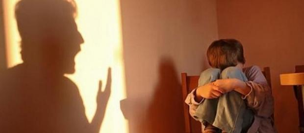 ITALIA: Băiețel român de 6 ani ABUZAT SEXUAL de mama lui și concubinul acesteia
