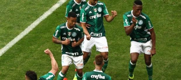 Jogadores comemoram gol no Allianz