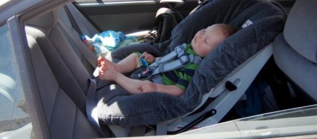 Lasciare un bambino solo in auto: ecco quando configura il reato di abbandono di minore