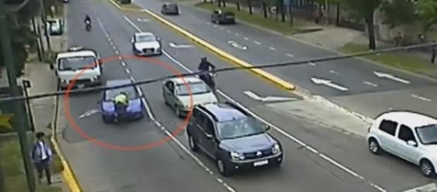 Policial é arrastado em cima do capô do veículo de uma mulher que não obedeceu a uma ordem de parada