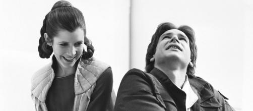 Após décadas de especulação, Carrie Fisher confirma romance com Harrison Ford em 1976