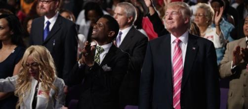 Donald Trump, cuando intentaba ganarse el voto de la comunidad negra visitando una iglesia de Detroit.