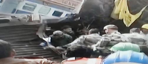 Le lamiere contorte di uno dei vagoni deragliati in India -Emidio-