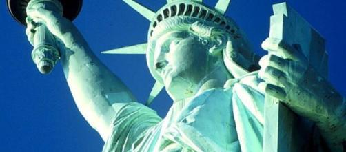 Statua della Libertà: Trump contro il monumento, ma è solo satira.