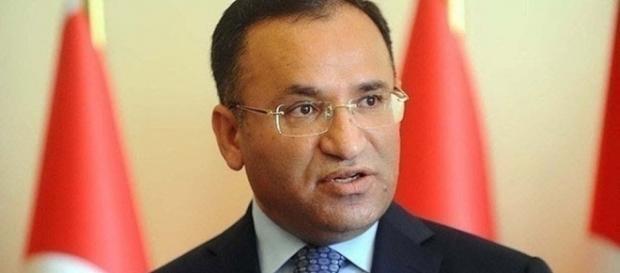 Bekir Bozdag, ministro da Justiça turco, apoia a nova lei polêmica