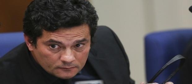 Blindado por seguranças, juiz Sérgio Moro ministrou palestra em evento sobre corrupção.